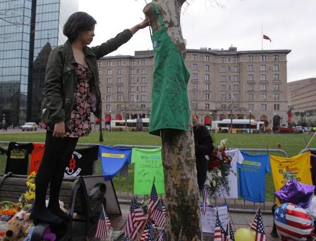 24.abr.2013 - Mulher presta homenagem às vítimas de atentados a bomba na Maratona de Boston em Boylston Street, Boston (EUA), nesta quarta-feira (24). A rua foi aberta para o tráfego pela primeira vez desde as explosões que deixaram três pessoas mortas