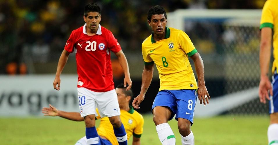24.abr.2013 - Paulinho, volante do Corinthians, toca a bola durante partida da seleção brasileira contra o Chile, no Mineirão