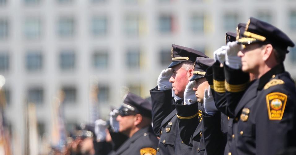 24.abr.2013 - Policiais participam de funeral do policial Sean Collier que, segundo autoridades americanas foi assassinado pelos irmãos Tsarnaev durante perseguição no campus do MIT (Massachusets Institute of Technology), em Cambridge, nos Estados Unidos