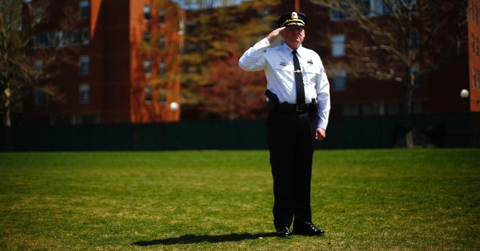 24.abr.2013 - Policial presta tributo ao policial Sean Collier, morto na última quinta-feira (18) durante perseguição aos irmãos Tsarnaev, segundo autoridades americanas. A homenagem foi realizada nesta quarta-feira, no campus do MIT (Massachusets Institute of Technology), em Cambridge, nos Estados Unidos