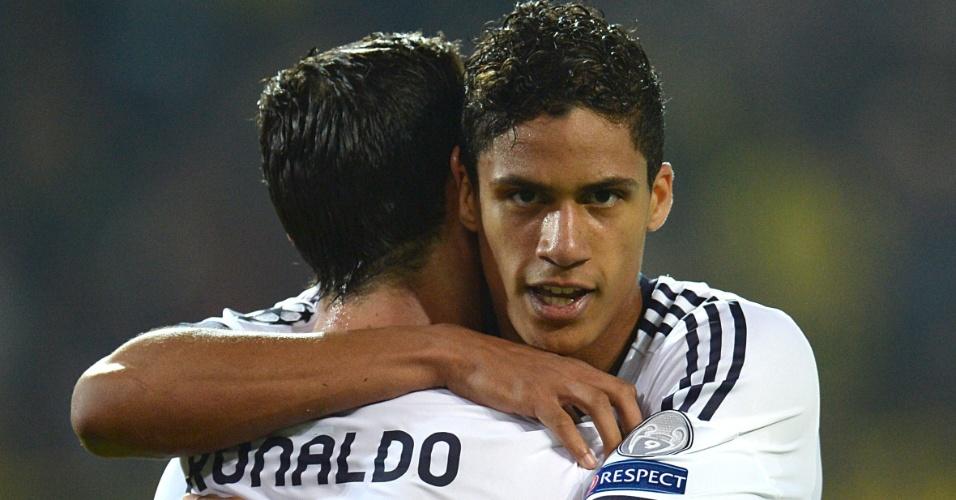 24.abr.2013 - Ronaldo, de costas, celebra com Varane gol de empate do Real Madrid contra o Borussia Dortmund