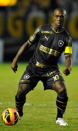 24.abr.2013 - Seedorf domina a bola durante jogo do Botafogo contra o Sobradinho pela Copa do Brasil