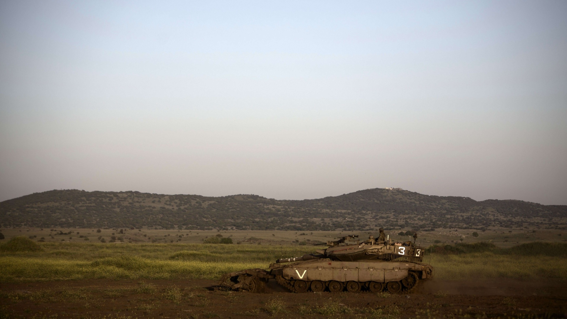 24.abr.2013 - Tanque se move no anexo israelense Golan Heights, perto da fronteira com a Sria, nesta quarta-feira (24). O principal analista israelense de inteligncia militar afirmou na tera-feira (23) que foras do governo srio usaram armas qumicas em sua luta contra os rebeldes que tentam derrubar o presidente Bashar al Assad