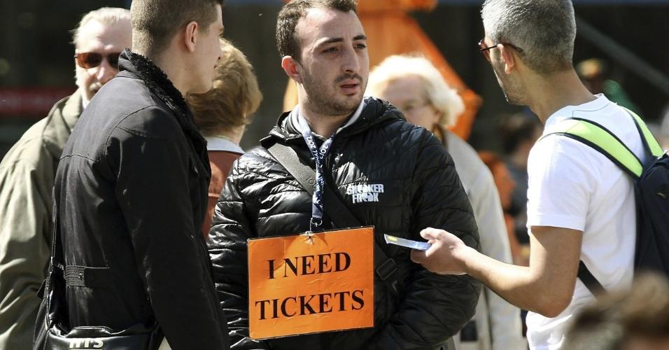 24.abr.2013 - Torcedor exibe cartaz e avisa que quer comprar ingressos para o jogo entre Borussia Dortmund e Real Madrid