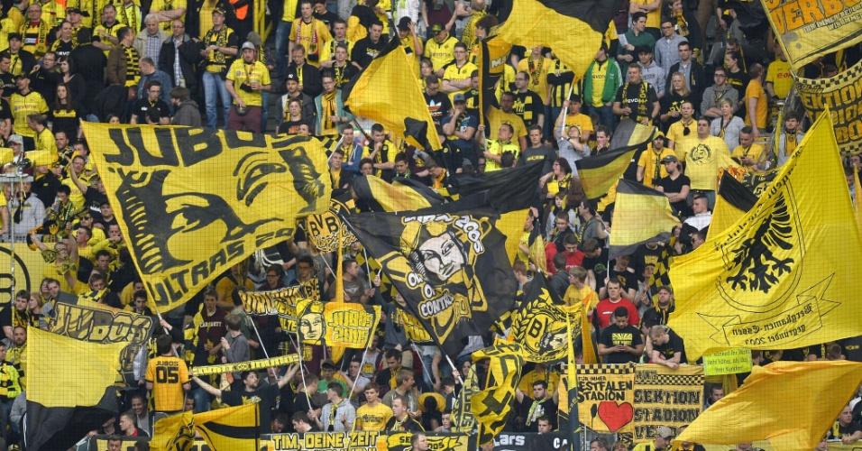 24.abr.2013 - Torcida do Borussia Dortmund faz festa antes do começo da partida contra o Real Madrid