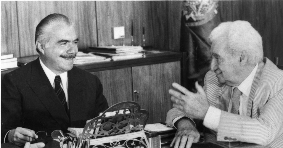 24.nov.1986 - José Sarney e Jorge Amado conversam em foto de novembro de 1986. Em 57 anos de carreira política, Sarney ocupou a presidência do Senado por quatro vezes. Foi ainda governador do Maranhão (1966-1970), cumpriu seis mandatos como senador, e foi presidente da República, entre 1985 e 1990