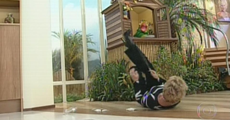 Ana Maria Braga escorrega e cai no chão