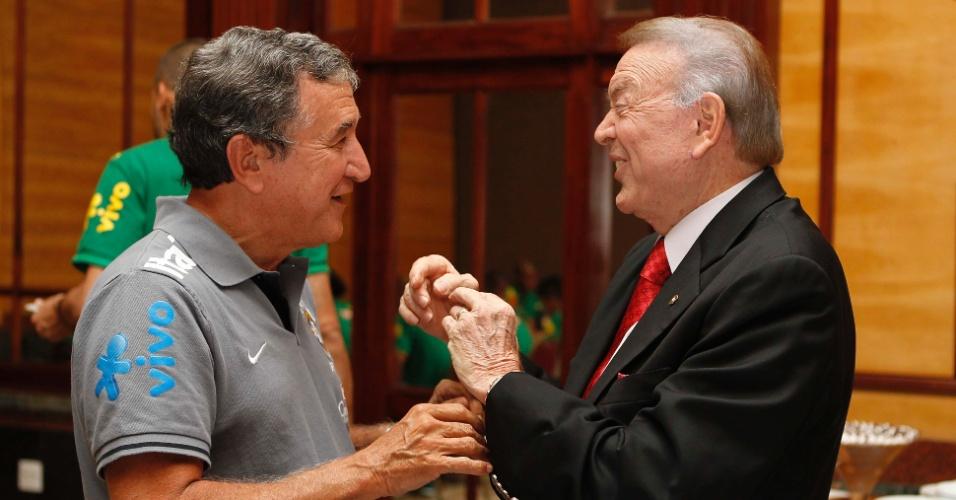 Carlos Alberto Parreira conversa com José Maria Marin durante a visita do presidente da CBF