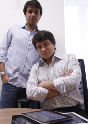 Guto Ramos (em pé) e Rony Breuel (sentado), sócios da BR Mobile, empresa de aluguel de tablets