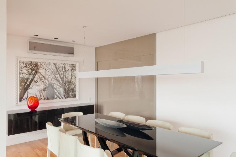 Sala De Jantar Em Laca Preta ~ de jantar (30 m²), planejado por Cristina Menezes, recebeu móveis de