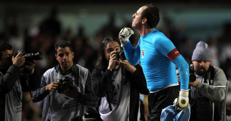 17-04-2013 - Rogério Ceni comemora com torcida a classificação e é cercado por fotógrafos