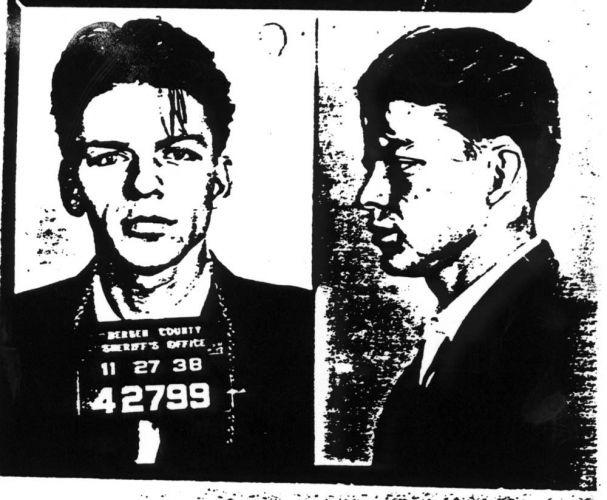 1938 - Frank Sinatra foi detido acusado de sedução, após se envolver com uma jovem