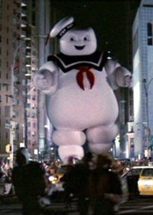"""Cena do filme """"Os Caça-Fantasmas"""", com um boneco gigante invadindo a cidade"""