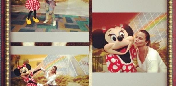 24.abr.2013 - A modelo Vivi Araújo se entregou à infância e posou ao lado da personagem animada Minnie, no parque de diversão da Disney