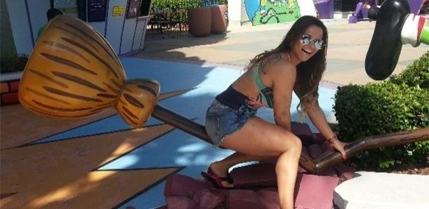 24.abr.2013 - A modelo Vivi Araújo voltou no tempo e colocou seu lado criança para fora durante visita ao parque de diversão da Disney, nos EUA. Sem medo de ser feliz, a ex-fazenda subiu na vassoura e fez pose para foto