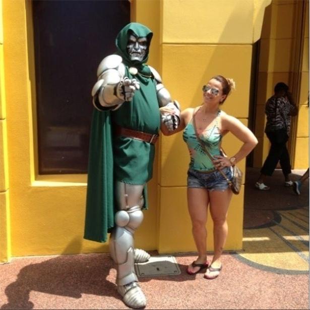 24.abr.2013 - À vontade, a modelo Vivi Araújo posou ao lado de um vilão dos desenhos animados no parque de diversão da Disney.
