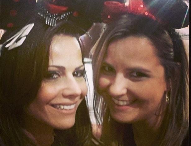24.abr.2013 - Ao lado da amiga Débora, a modelo Vivi Araújo se fantasiou de Minnie, no parque de diversão da Disney