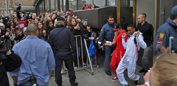 24.abr.2013 - Justin Bieber sai dançando de hotel em Estocolmo