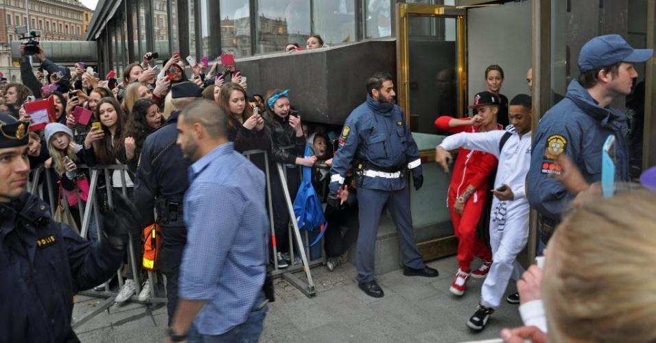 24.abr.2013 - Justin Bieber sai dançando de hotel em Estocolmo em direção ao ônibus de sua turnê. Os policiais que faziam a segurança do cantor sentiram um forte cheiro de maconha saindo do veículo