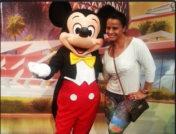 24.abr.2013 - Porque viver é aproveitar os bons momentos da vida e não ter medo de ser feliz né? A modelo Vivi Araújo posou ao lado do personagem Mickey, no parque de diversão da Disney, nos EUA e comemorou a foto ao lado do ícone dos desenhos animados