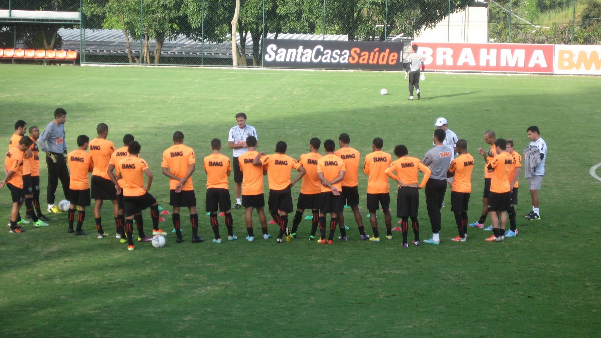 25/04/2013 - Técnico Cuca conversa com os jogadores do Atlético-MG, na Cidade do Galo