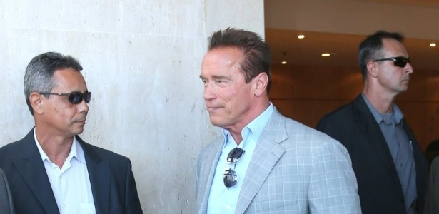25.abr.2013 - Arnold Schwarzenegger deixa hotel onde est hospedado na zona sul do Rio de Janeiro. O ator est na cidade para participar de um evento de fisiculturismo