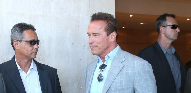 25.abr.2013 - Arnold Schwarzenegger deixa hotel onde está hospedado na zona sul do Rio de Janeiro. O ator está na cidade para participar de um evento de fisiculturismo