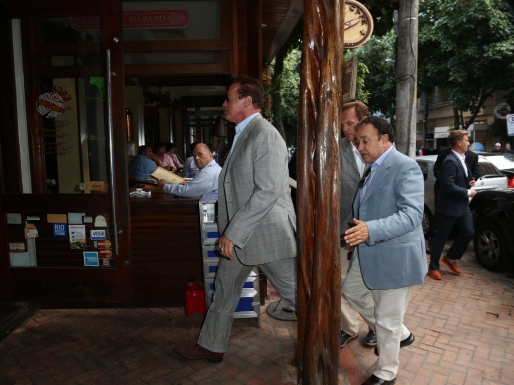 25.abr.2013 - Arnold Schwarzenegger visita cafeteria na zona sul do Rio de Janeiro. O ator est na cidade para participar de um evento de fisiculturismo