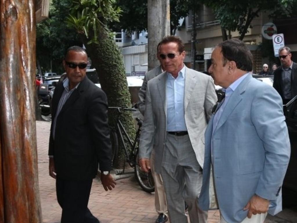 25.abr.2013 - Arnold Schwarzenegger visita cafeteria na zona sul do Rio de Janeiro. O ator está na cidade para participar de um evento de fisiculturismo