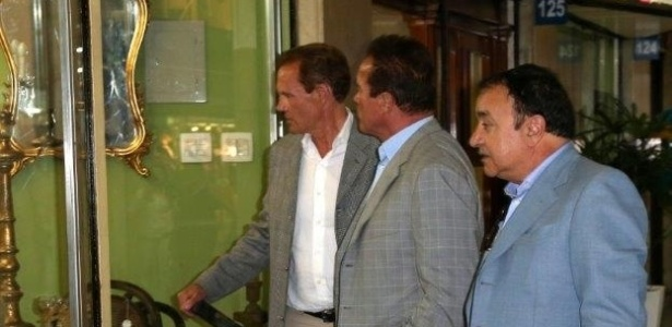 25.abr.2013 - Arnold Schwarzenegger visita shopping de antiguidades na zona sul do Rio de Janeiro. O ator est na cidade para participar de um evento de fisiculturismo