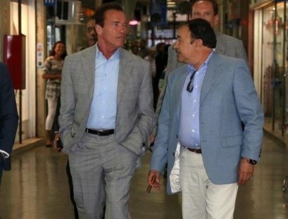 25.abr.2013 - Arnold Schwarzenegger visita shopping de antiguidades na zona sul do Rio de Janeiro. O ator está na cidade para participar de um evento de fisiculturismo