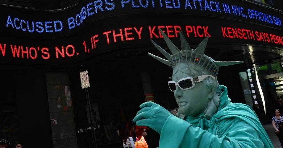 25.abr.2013 - Artista de rua se veste de Estátua da Liberdade, em Nova York, nesta quinta-feira (25), dia que o prefeito nova-iorquino afirmou que os suspeitos do atentado na Maratona de Boston, que matou três pessoas e deixou mais de 200 feridos, tinham a intenção de acabar com o resto de explosivos que ainda tinham na Times Square, em Nova York
