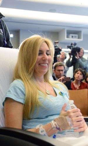 25.abr.2013 - Heather Abbott, uma das vítimas do atentado na Maratona de Boston, é conduzida em cadeira de rodas para uma coletiva de imprensa no hospital Brigham and Women's, em Boston. Abbott, de Newport, no Estado de Rhode Island, teve sua perna esquerda amputada alguns centímetros abaixo do joelho devido aos ferimentos provocados pela explosão