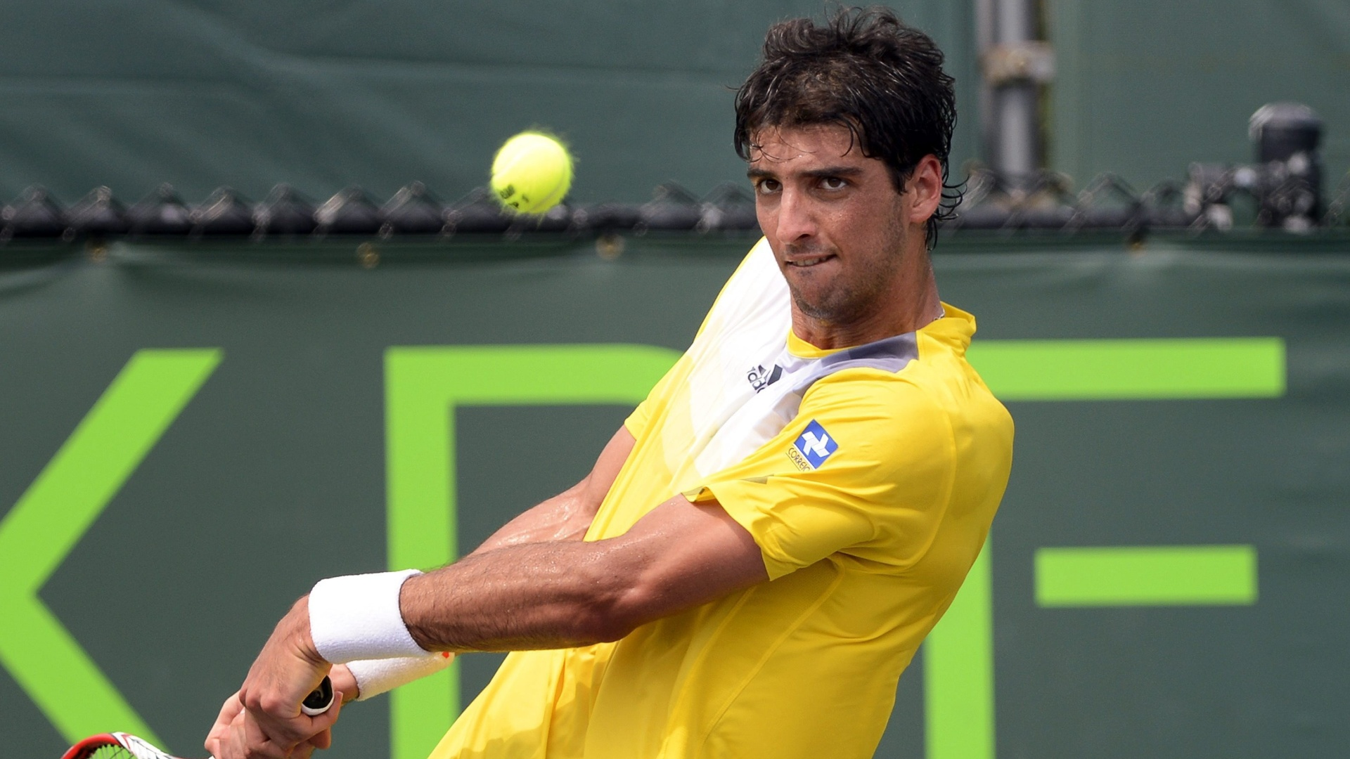 25.abr.2013 - O brasileiro Thomaz Bellucci venceu o russo Dmitry Tursunov por 2 sets a 1