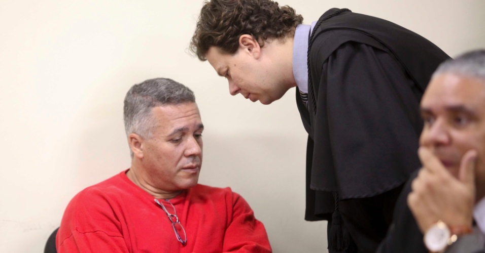 25.abr.2013 - O ex-policial Marcos Aparecido dos Santos, o Bola, acusado de matar, esquartejar e ocultar o corpo da modelo Eliza Samudio, no quarto dia de julgamento do caso, no Fórum de Contagem, região metropolitana de Belo Horizonte, na manhã desta quinta-feira (25)