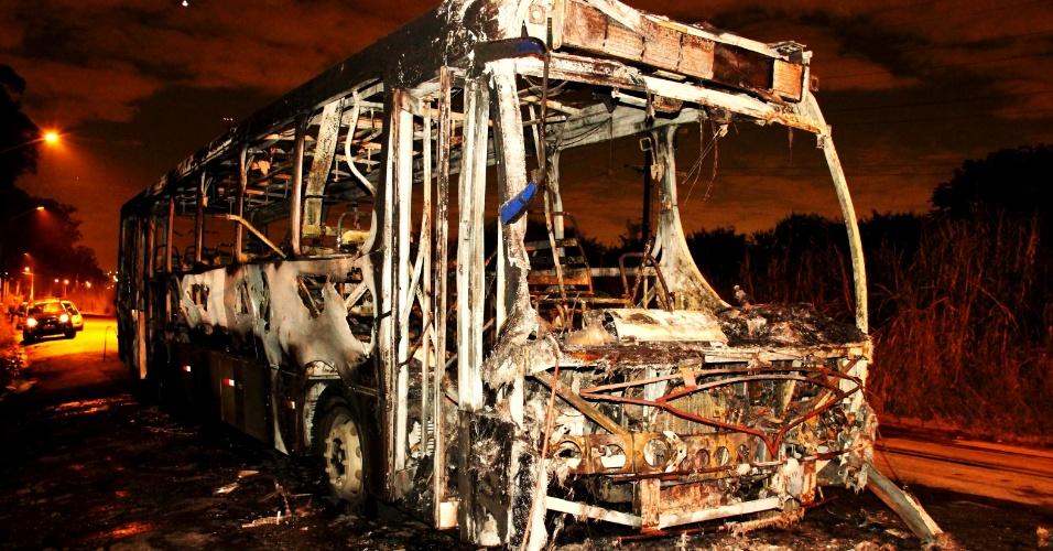 25.abr.2013 - Ônibus foi incendiado após assalto em Jardim Cumbica, em Guarulhos, na Grande São Paulo. De acordo com a polícia militar, criminosos entraram no veículo e anunciaram o roubo. Eles mandaram motorista, cobrador e passageiros saírem do ônibus e atearam fogo ao veículo