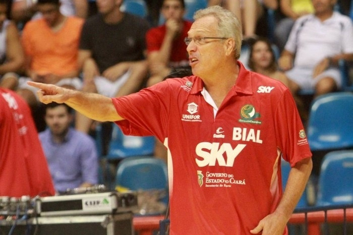 25.abr.2013 - Técnico Alberto Bial orienta o Basquete Cearense em jogo do NBB