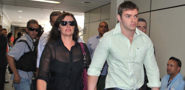Thor Batista, filho do empresário Eike Batista, e sua mãe, a modelo Luma de Oliveira, chegam na 2ª Vara Criminal de Duque de Caxias