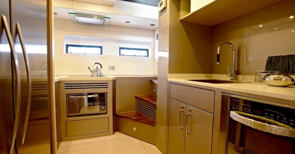 Detalhe da cozinha do Schaefer 80. O iate é avaliado em R$ 12 milhões