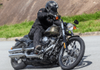 Harley-Davidson Blackline tem jeito retr e pilotagem sofrida  (Foto: Doni Castilho/Infomoto)