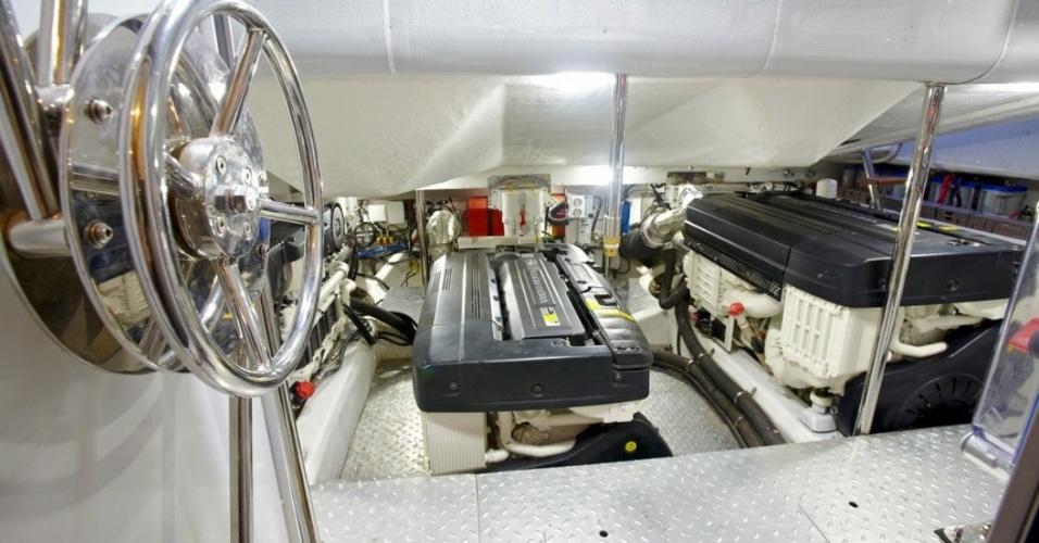 Imagem da casa de máquinas do Shaefer 80. O barco possui três motores e tem autonomia de 300 milhas náuticas (cerca de 550 km)