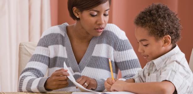 Ler histórias para a criança ajuda a formar o que os educadores chamam de comportamento leitor