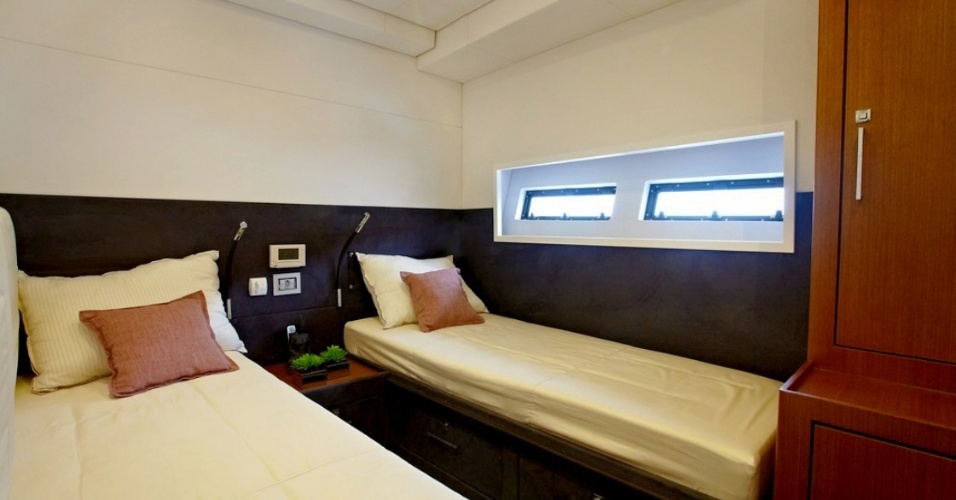 Modelo de quarto de solteiro de um iate Schaefer 80, semelhante ao do apresentador Luciano Huck