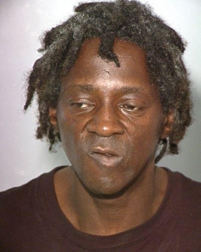 out/2012 - O rapper Flavor Flav foi detido pela polícia de Los Angeles, nos Estados Unidos. Ele foi acusado de agredir sua noiva e ameaçar o filho dela dentro de sua casa. A discussão entre os três teria começado por uma suposta traição cometida pelo cantor