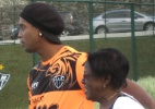 Aps jogo da seleo, Ronaldinho recebe visita da me no CT atleticano