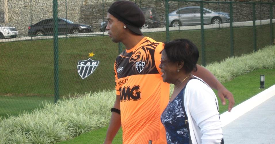 Ronaldinho Gaúcho ao lado mãe, Miguelina, que visitou a Cidade do Galo (25/4/2013)