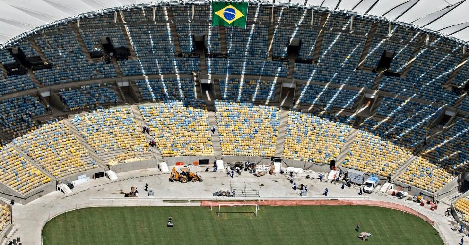 12.abr.2013 - Arquibancada do Maracanã na fase final da reforma para a Copa do Mundo