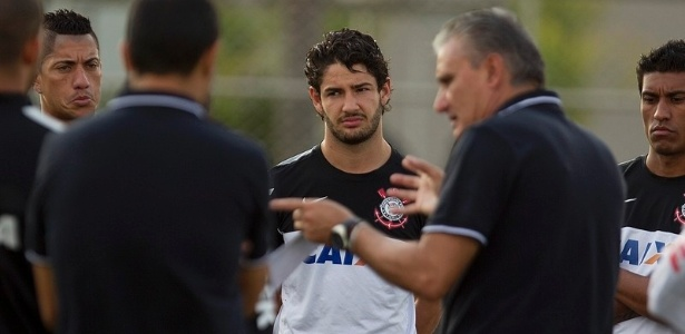 25.04.2013 - Alexandre Pato observa as orientaes do tcnico Tite no treino do Corinthians, no CT Joaquim Grava
