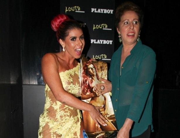 25.abr.2013 - A ex-panicat Thaís Bianca posa ao lado da mãe com a edição da revista Playboy em que fez um ensaio em casa noturna de São Paulo