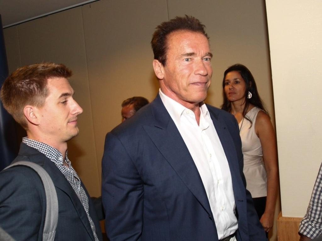 25.abr.2013 - Arnold Schwarzenegger chega em hotel para participar de coletiva